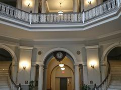 2017/5/1アリイオラニ ハレ (ハワイ州最高裁判所) 幾度となくFive-0の本部として撮影で使われた内部。 カメハメハ5世が建造させていたが、完成する前に亡くなったため、宮殿として使われることはなかったという建物。 天窓からの光が差し込み、とても眩い感じだった。