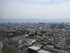 左手。空気が澄んでいれば山並みの中央付近に富士山が見える。冬季の方が見える確率は高いと思う。