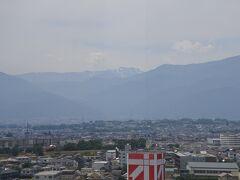 オギノの「オ」の右上にほんの少しだけ見えるのが間ノ岳。標高3,189m。
