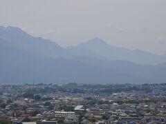 中央の三角の山が甲斐駒岳。標高2,967m。