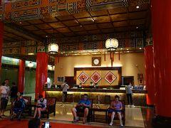 フロント。手前のお客さんは,いかにも中国的。