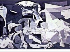 ピカソの描いたゲルニカ(写真はポストカードより)。 人の目を持つ牛、折れた剣と花を持ち横たわる兵士、嘶く馬、人魂の様に浮遊する女の貌、子の亡骸を抱える女…、様々なモチーフが描かれている。  美術の解説書では絵の中のそれぞれのモチーフには意味やメッセージが隠されていると示唆しているものも多いが、ピカソ自身は「牡牛は牡牛だ。馬は馬だ。もし私の絵の中の物に何か意味をもたせようとするなら、それは時として正しいかもしれないが、意味を持たせようとするのは私のアイディアではない。君らが思う考えや結論は私も考えつくことだが、本能的に、そして無意識に、私は絵のために絵を描くのであり、物があるがままに物を描くのだ。」と語っている。  ゲルニカは理解できない部分も多い絵だが、絵を眺めていた私が1つだけ思ったのは、絵の中央上部に描かれた電球のようなモノは、ゲルニカの町の上に投下された焼夷弾を表しているのではないかということ。 ナチス・ドイツが落とした爆弾、ソレが女・子供・家畜…あの時ゲルニカの町にいた何の罪もない人達や動物たちを焼き払ったことを意味するのではないか。 そんな風に感じた。  (一般的には、ゲルニカの絵の電球は、太陽や希望を表すと解釈されることが多い)