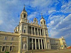 暫く歩くと、白亜の宮殿のような建物;アルムデナ大聖堂までやってきた。  アルムデナ大聖堂は王族の結婚式も行われたカテドラルとなのだが、現代建築っぽい雰囲気が私的には微妙かな。