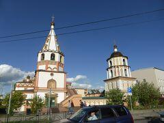 バガヤヴリェンスキー聖堂です。通行人が境内に立ち寄り、扉の前で十字を切って行きます。