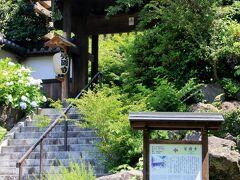 長年鎌倉に住んでいながら、今回はじめて訪れた覚園寺。1218年、北条義時が薬師堂を建てたのが起源のお寺です。