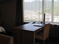 机が大きい。フルーツパーク富士屋ホテルのスーペリアツインにも同じもの(たぶん)が置いてあった。