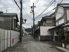 駅から歩くこと10分ほどで世界遺産・倉敷美観地区に到着。白壁の家と倉などが確かに美しい。