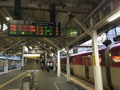 6時半 岡山駅到着。ここで一旦停車し、サンライズ瀬戸と出雲の切り離し作業に入ります。