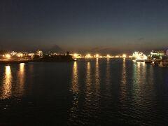 食後は、那覇市内を散歩してみた  58号線沿いに歩いたが、歩道が広くて散歩し易い  那覇埠頭が美しい、エメラルドグリーンの海と整備された港やビルという光景も如何にも豊かなイメージがして好きである、なので、是非昼間にも来てみたいとおもった