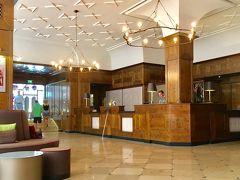 ミュンヘンの宿泊は前回と同じホテル Platzl Hotel 4泊、朝食付きで7万円(Booking com経由)  従業員がバイエルン風のユニフォームです。 写真はプラッツホテルのロビーです。  プラッツホテルのHPです。 https://www.platzl.de/en/