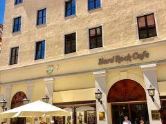 プラッツホテルの裏側の1階はハードロックカフェです。  上から3番目、左から3番目の窓が宿泊した部屋です。