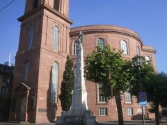 聖パウルス教会のそばを通ります。