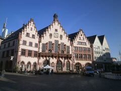 こちらは旧市庁舎のようです。 本来なら中に入れるようですけれど、朝早いので入れず(^_^;)。