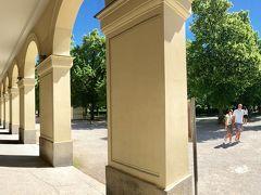 iPhoneの横パノラマ撮影です。 右側が歩いてきたホーフガルテンです。