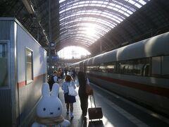 結局、食堂車で朝食をいただいたらフランクフルト中央駅に到着してしまました(;^ω^)。 30分ちょっとのひととき、有意義に過ごせましたし、ドイツの鉄道の食堂車で食事をする目的も達成できたので嬉しかったです(^_-)-☆。
