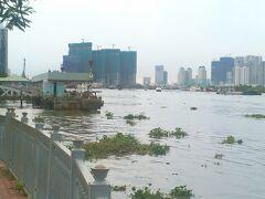 サイゴン川クルーズ船の乗り場のようです。