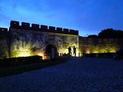 【夜の東門:鳳儀門、南門:啓文門 高雄 2017/06/23】  夜の散歩。妻と左営舊城遺址の東門:鳳儀門、南門:啓文門 へ行きました。 昼間と違った雰囲気でなかなか良かったですよ。