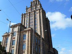 中央市場から南へ約5分、スターリン様式建築の科学アカデミーへ。