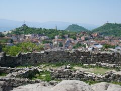 プロヴディフには3つの丘があります。古代ローマ帝国がこの地を征服した時に、3つの丘という意味のトリモンティウムに改称されたそうです。ローマといえば7つの丘。その地形がその後の繁栄の基礎となっていたことから、丘はローマ帝国の都市として重要だったのでしょうか。 そのうちの一つがここ。トラキア時代の要塞の遺構が残る丘からは、旧市街が一望できます。