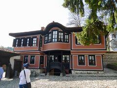 ハウスミュージアムが多数ある「美術館都市」であるこの街は、オスマンからの独立を目指した「四月蜂起」の火蓋が切られた地でもあります。 その指導者カブレシュコフの家。 中は四月蜂起の様子と、当時の暮らしがコンパクトに展示されています。(全て撮影不可。) 街中にはこのような民族復興様式の家が多く見られます。隠れ里のような山間の街にしては意外ですが、プロヴディフに憧れた富裕層が模倣したものなのだとか。