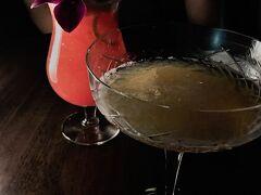 【40スカイバー&ラウンジ】  鉄板焼を食べている間に酒が醒めてしまったので、『40スカイバー&ラウンジ』で飲み直し。金曜の夜ということもあり、ここは少し混んでいました。  悠佑はフレッシュフルーツ(スイカ!)のカクテルを。おれは定番のサイドカー。  『コンラッド大阪 「40スカイバー&ラウンジ」のアフタヌーンティーとプレミアム・ラグジュアリーバイツ』につきましては、以下のURLからどうぞ。 https://4travel.jp/travelogue/11287487