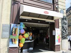 やっとのことで見つけたここは、チェーン店  Brioche Doree   ベーカリーカフェ?ですが、 お店の入り口に掲げられたフローズンドリンクの写真を 見逃さなかった!  救世主です。