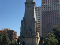 スペイン広場の景色。  実はマドリード、新婚旅行で34年前に来ています(^^;;    昔の写真を見たらこのアングルはほぼ一緒でした。   石像の真ん中に座っているのは、セルバンテス。
