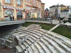 ローマ劇場を後にして、歩いて新市街にやってきました。 新市街にはローマの円形競技場があります。 大部分は地下に埋まっていますが、この写真の部分だけ発掘されています。