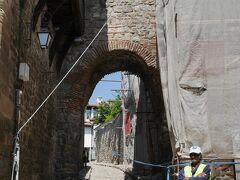 歴史博物館の脇にある要塞門(ヒサル・カピヤ)は修復工事中。 こうなると単なる通路です。