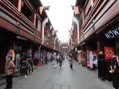 少し歩くと城隍廟という歩行街があった。木造の古風な建物で統一された商店街で落ち着いた雰囲気である。