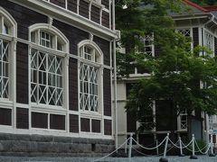 三笠ホテルを創業したのは実業家の山本直良。 すべて日本人によって造られた純西洋式木造のホテルです。 ホテルの営業は1906年(明治39年)5月。 当時としては最新の設備を備え 外国人や日本を代表する多くの政財界人が滞在しました。  廃業後は軽井沢町に寄進され 現在は国の重要文化財に指定されています。
