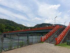 宇治川の真ん中に浮かぶ中州(橘島)から、更に朝霧橋を渡って対岸へ。