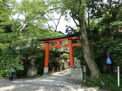 朝霧橋を渡ったところ、宇治川に面してある宇治神社の鳥居。