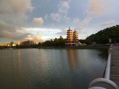 夕暮れの蓮池潭の風景、「龍虎塔」