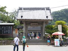 光明寺 総門(鎌倉市文化財) 11:00頃  材木座までいつもは歩くのですが、この暑さの中では無理せずにバスに乗りました。バス停は、総門のすぐ前です。  普段は静かな光明寺ですが、この日は賑わっています。 と言うのは、「蓮の花を観に来る人」の他にも、 海水浴に来る人の駐車場として使われているからでした。  総門の建立は明応4年(1495)、寛永年間(1624~28)に再興。