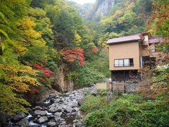 滝見屋の建物が見えました。 山の合間に建っています。