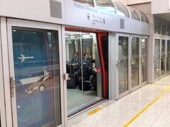 無事に早朝06:00にクアラルンプール空港へ到着し、  エアアジアのシンガポール行きに乗換えるために  先ずはシャトル乗ってLCCターミナルへ移動します。  一旦入国し預けていたスーツケースをピックアップ  します。