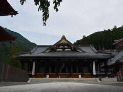日蓮宗総本山の久遠寺本堂です。 結構な高さに在りますが、周りは 更に高い山が囲います。  奥之院には、ここからロープーウェイで 上がります。
