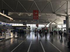 ●薄暗い…  空港内は節電中なのか全体的に薄暗い…