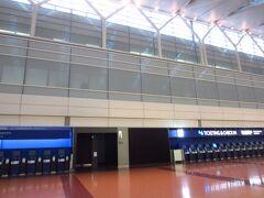 でも、ANAの早いほうから3便に入る石垣便。空港は、ご覧の通り。閑散とした雰囲気。チェックインカウンターがまだなんです。余裕をもって到着して楽しい時間をというのは、この時間ではない感じ。開くのを待つ時間が長くなるだけ。