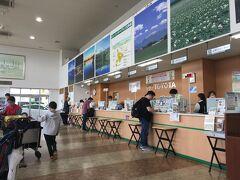 ●日本最大では?  レンタカー屋のカウンターに見えない。 沖縄のレンタカー屋も巨大だが、ここが日本最大へはないだろうか・・・