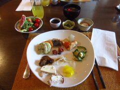 今日は、ビュッフェの朝食。八重山そば、ゴーヤ、もずく、おくら、天ぷらなど沖縄っぽい食材もあります。シークワサージュースもありました。