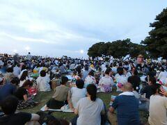 この日は横浜スパークリングトワイライト2017があり スパークリング花火が19時30分から30分間あがります。  今年の初花火~!楽しみ~! 山下公園から見ることにしました~ヾ(^v^)k