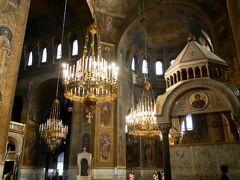 アレクサンドル・ネフスキー寺院は、10Lv で権利を購入すれば撮影が可能です。 ブルガリア正教会の教会は、カトリックやプロテスタントとはだいぶ違いますが、内部は原則撮影禁止なので、どんなスタイルなのかを記録にとどめたくて購入しました。 祈りを捧げる人々はとても真剣なので、彼らの邪魔をしないように撮影したため、院内の写真はちょっと構図やピントがアレですがご容赦を。 柱はイコンで覆われています。