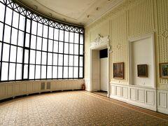 最後に訪れたのは国立美術館+民俗博物館。同じ建物に入っています。 民族博物館が目当てで訪れましたが、後者は入り口が分かりにくく、間違って美術館の方のチケットを買ってしまいました。正直絵画をじっくり鑑賞する余裕はありませんでしたが、元王宮だけあって、バロック調のバンケットルームや写真のようなセセッシォン風のサンルームなど、内装が意外と素敵でした。 お目当ての民俗博物館はというと、1階(日本で言う2階)にありました。閉ざされた大きな木の扉の脇に、ポスターのような看板が出ています。ダメ元で開けると、誰もいない…でもどうやら受付っぽい小テーブルがある。声をかけるとお婆さんが出てきて「見るの?本当に?」と ^^;; 見たいから来てるのに~。