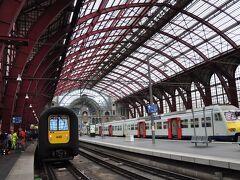 【4日目】 午前中、「ブルージュ駅」より鉄道でアントワープへ向かう(約80分)。途中、ゲントで乗り換えた列車は超満員で、スーツケースを持って乗るのが大変だった。今日7月1日から始まるバーゲンに向かうのだろうか。