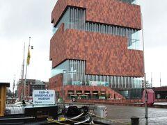 現代的なデザインの「MAS博物館」。海洋博物館や民族博物館が入るが、時間がないのでパス。市内が見渡せる無料の展望台に上がったが、悪天候で視界が悪くて残念。