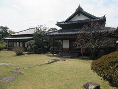 二王座から臼杵川方面の旧臼杵藩主稲葉家下屋敷へ。ここは旧藩主が帰郷の際の屋敷として、明治35年に建てられました。書院造りの奥座敷や千鳥破風の玄関、広々とした庭園から、殿様の屋敷の様式を目にすることができます。