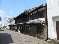 徒歩数分の所には野上弥生子文学記念館があり、この建物の小手川商店は野上弥生子の生家です。なお小手川商店は、1885年から続く酒屋で、今もなお製造・販売を続けています。  文学にはほとんど無縁の私は、名前だけは知っていましたが……。