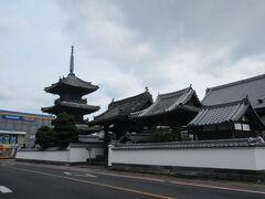 臼杵の最後は、九州に2つしかない江戸時代(1858年)に建てられた木造の三重の塔(龍原寺)で、聖徳太子を祀っています。  臼杵は、日本の伝統的な街並みの中に南蛮文化の名残が見られる珍しく素敵な町でした。  大分に来ても、臼杵・佐伯方面に来られる方はまだ少ないので、是非この方面にも。